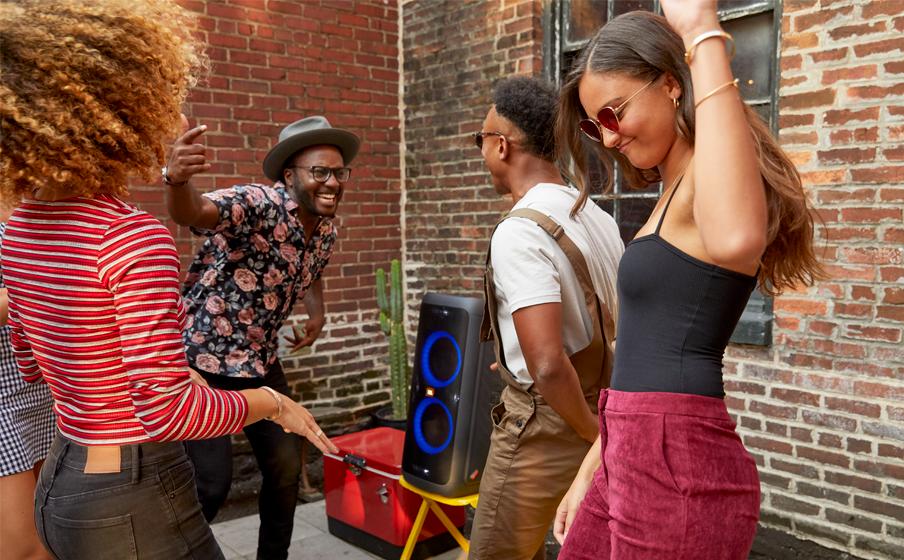Personas bailando por bocina JBL