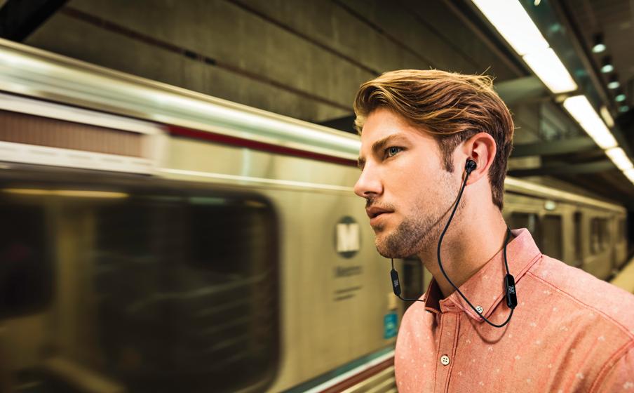 Hombre con audifonos